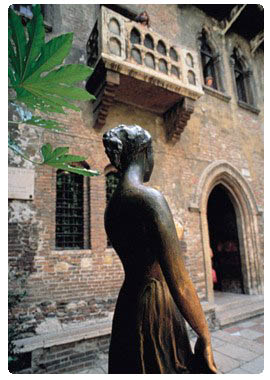 juliet's balcony and statue in Verona.verona-tourism.com